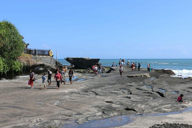 Wisawatan saat mengunjungi Tanah Lot, Tabanan, Bali.