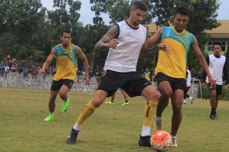 Sejumlah pemain Arema FC saat menjalankan latihan di lapangan Pusat Pendidikan Arhanud, Kota Batu, Rabu (8/2/2017)
