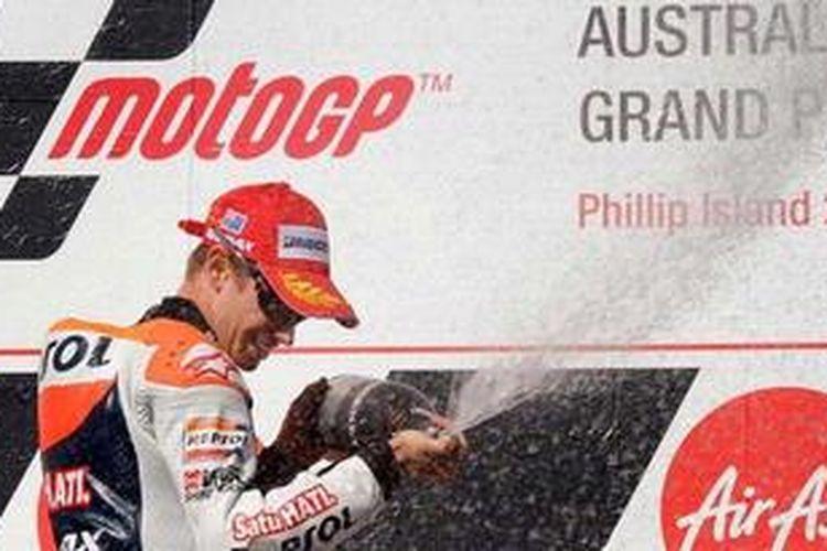 Pebalap Repsol Honda, Casey Stoner, melakukan selebrasi usai menjuarai GP Australia, Minggu (28/10/2012).
