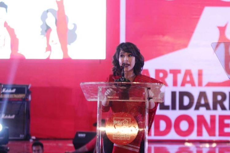 Ketua Umum PSI Grace Natalie melakukan orasi politik di acara Festival 11 PSI di Medan Internasional Convention Center, Senin (11/3/2019) malam