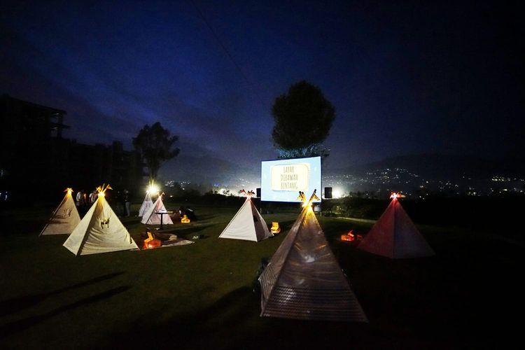 Suasana Tenda Dibawah Bintang pada malam hari. Lokasi tempat ini ada di Sky Garden, The Green Forest Resort, Jalan Sersan Bajuri, Cihideung, Kabupaten Bandung Barat.