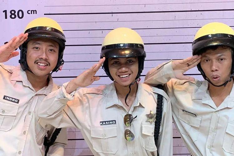 3 pria yang viral karena mirip Warkop DKI. Dari kiri ke kanan: Alfin (mirip Indro), Dimas (mirip Kasino), dan Sepriadi (mirip Dono).