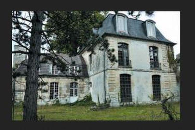 Di mata orang-orang yang tidak mengetahui sejarahnya, bangunan ini hanya tampak sebagai rumah tua bergaya chateau Prancis. Tampilannya usang dan tua, memancarkan sedikit unsur