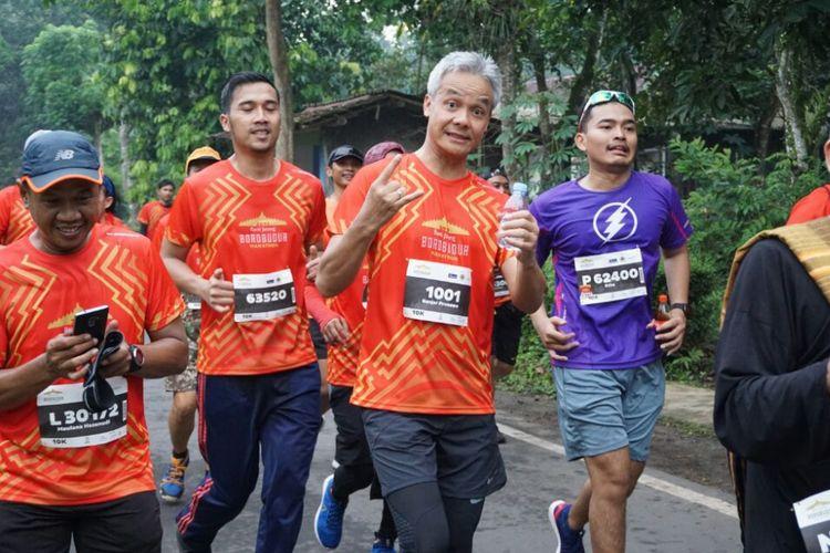 Gubernur Jawa Tengah Ganjar Pranowo saat berlari melewati jalan di dusun  Sabrangrowo, Borobudur, Magelang