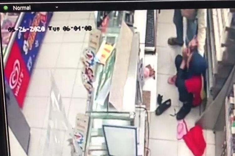 Petugas di mini market yang ditodong dengan senjata api oleh perampok di Indomaret, Tamansari, Jakbar, Selasa (26/5/2020) silam