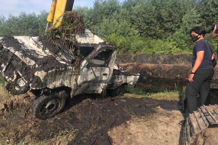 Alat berat milik PT WKS saat mengangkat mobil yang didalamnya ditemukan tengkorak manusia
