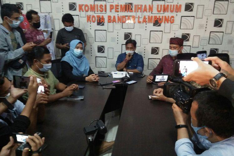 Komisioner Komnas Bandar Lampung menggelar konferensi pers terkait pembatalan paslon nomor 03 sebagai peserta Pemilukada.