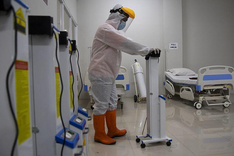 Petugas mendorong alat ultra violet saat menyiapkan ruangan perawatan pada Tower 8 Rumah Sakit Darurat COVID-19 (RSDC) Wisma Atlet Pademangan, Jakarta, Selasa (15/6/2021). Satuan tugas penanganan COVID-19 bersama Pemerintah Provinsi DKI Jakarta akan membuka tower 8 RSDC Wisma Atlet Pademangan dengan menyediakan tempat perawatan bagi pasien terkonfirmasi positif COVID-19 sebanyak 1.569 tempat tidur.