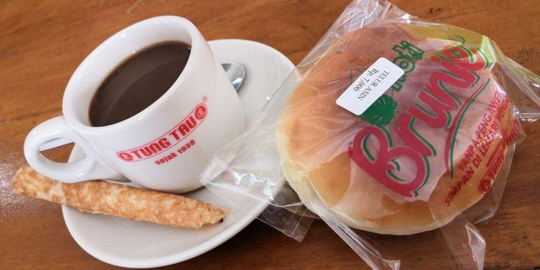 Kopi Tung Tau dan roti khas Tung Tau di Bangka.