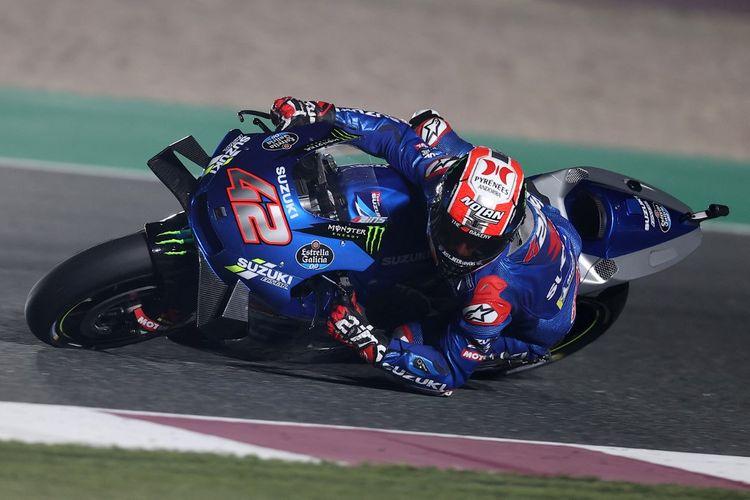 Alex Rins saat sesi latihan bebas pada MotoGP Doha 2021. (Photo by KARIM JAAFAR / AFP)