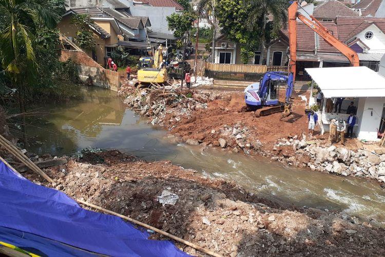 Sejumlah alat berat dikerahkan untuk mengangkut material longsor dari aliran Anak Kali Pesanggrahan di kawasan Ciputat, Tangerang Selatan, Senin (14/6/2021).