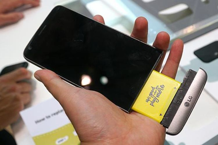 Bagian dagu di bawah alyar LG G5 SE bisa dilepas untuk mengakses baterai. Bagian modular ini juga bisa ditukar dengan aksesori lain seperti modul kamera dan audio.