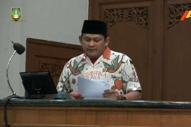 Tangkapan layar anggota DPRD Solo dari Fraksi Partai Keadilan Sejahtera (FPKS), Didik Hermawan memakai baju pendukung Gibran dalam rapat paripurna melalui daring di Gedung DPRD Solo, Jawa Tengah, Rabu (29/7/2020).