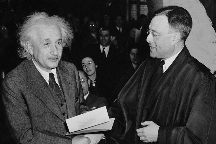 Albert Einstein saat menerima surat yang memberinya kewarganegaraan Amerika Serikat dari hakim Phillip Forman.