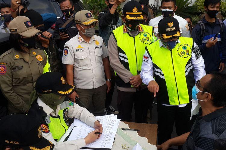Wali Kota Malang Sutiaji saat berdebat dengan RT, warga yang tidak memakai masker dalam razia masker di Balai Kota Malang, Rabu (16/9/2020).