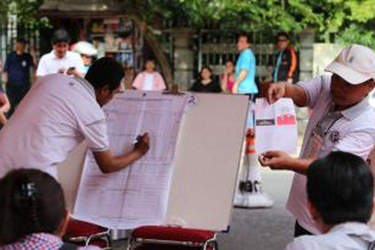Panitia pemungutan suara di TPS 5, Menteng, Jakarta Pusat, tengah menghitung kertas suara, Rabu (9/7/2014). Di TPS tersebut, pasangan capres dan cawapres nomor urut 2, Jokowi-JK, unggul tipis atas lawannya, Prabowo-Hatta.