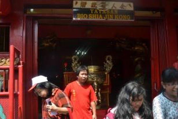 Teddy (baju merah), perawat Klenteng Shia Djin Kong Gang Padang, Jalan Bekasi Timur IX, Jatinegara, Jakarta Timur, yang beragama Islam.