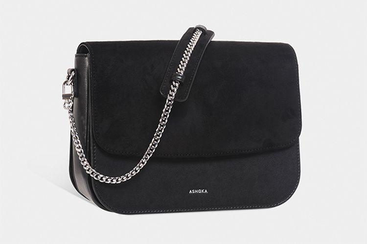 Gaya klasik kental terlihat pada tas kreasi rumah mode eco-fashion Perancis, Ashoka.