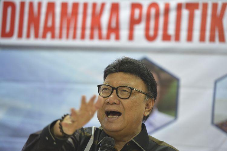 Mendagri Tjahjo Kumolo menyampaikan pandangan ketika menjadi pembicara pada diskusi publik di Jakarta, Sabtu (12/8/2017). Diskusi yang diprakarsai oleh Galang Kemajuan Center tersebut mengangkat tema Dinamika Politik dan Undang-Undang Pemilu. ANTARA FOTO/Wahyu Putro A/pd/17