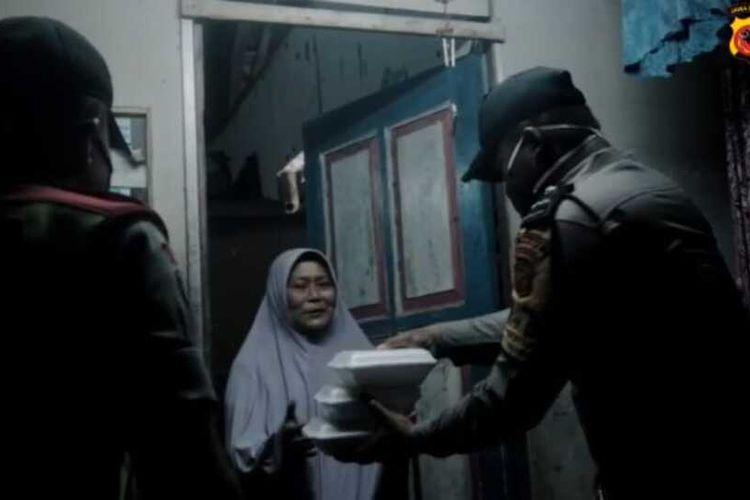 Anggota Polisi Polres Tasikmalaya berpatroli subuh untuk bagikan nasi sahur buat warga prasejahtera di masa pandemi corona, Kamis (30/4/2020) dini hari.