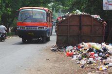 Pengendara Mengeluh TPS Sampah Makan Bahu Jalan Penggilingan