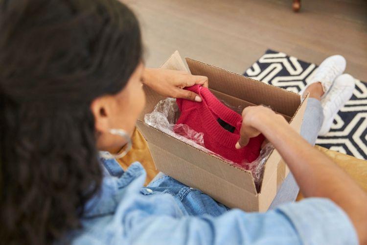 Ilustrasi menerima paket pakaian.