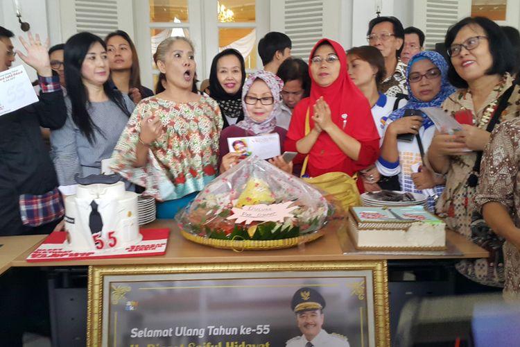 Kue ulang tahun dan tumpeng untuk Gubernur DKI Jakarta Djarot Saiful Hidayat. Kue tersebut dibawa ke Balai Kota oleh para pendukung tepat di hari ulang tahun Djarot, Kamis (6/7/2017).