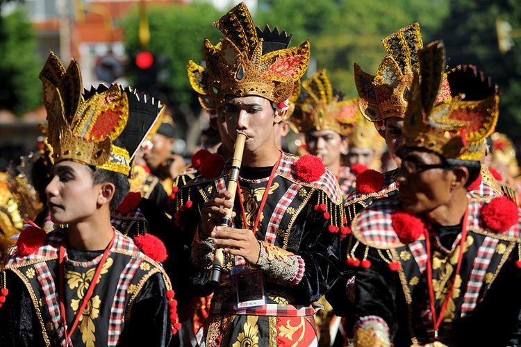 Sejumlah seniman mengikuti pawai pembukaan Pesta Kesenian Bali ke-41 tahun 2019 di Denpasar, Bali, Sabtu (15/6/2019). Pawai tersebut diikuti sekitar 4.300 orang seniman dari berbagai wilayah di Pulau Bali dan Indonesia serta diikuti perwakilan seniman dari luar negeri.