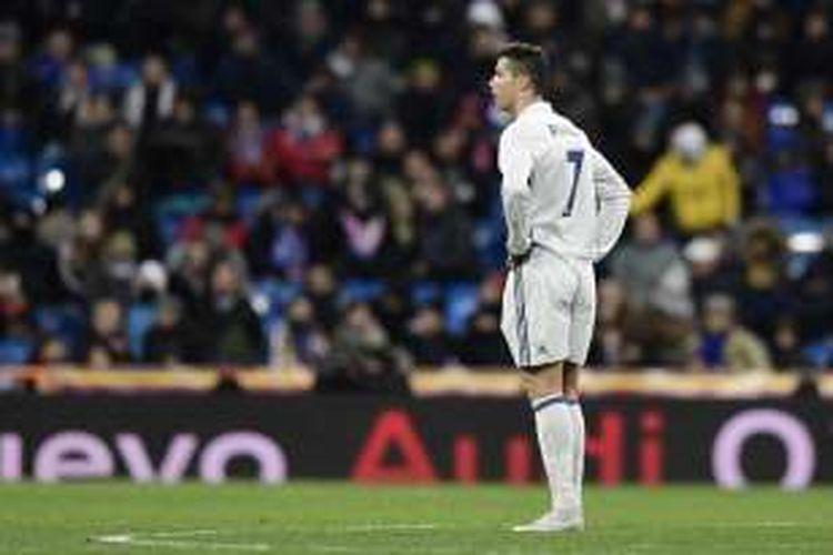 Cristiano Ronaldo meratapi kekalahan Real Madrid dari Celta Vigo pada partai perempat final pertama Copa del Rey di Stadion Santiago Bernabeu, Rabu (18/1/2017).