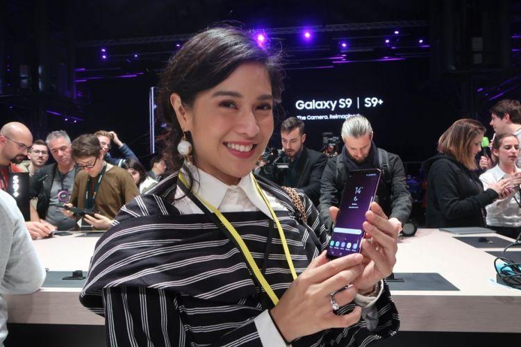 Selebritas Dian Sastrowardoyo memamerkan Galaxy S9 sesaat acara peluncuran yang digelar di Barcelona, Spanyol pada Minggu (25/2/2018).