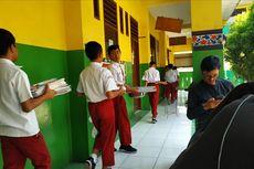 Dibuka Mendadak, Siswa SMPN 57 Bekasi Sibuk Beres-beres Barang Bekas SD