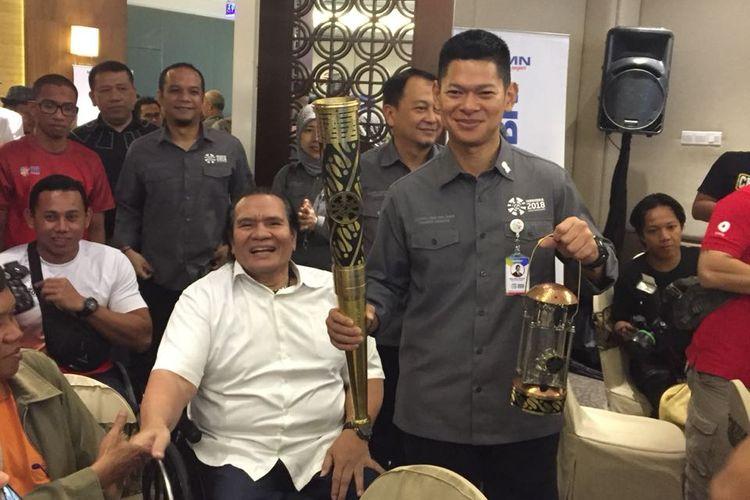 Presiden Inapgoc, Raja Sapta Oktohari, membawa obor dan lentera yang akan digunakan untuk kirab obor Asian Para Games 2018 yang ditemani dengan Presiden NPC Senny Marbun di Hotel Best Western, Solo, Selasa (4/8/2018).