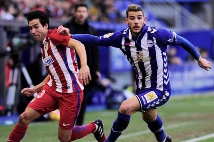 Gelandang Atletico Madrid, Nico Gaitan (kiri), berupaya lepas dari kawalan bek Deportivo Alaves, Theo Hernandez, dalam partai La Liga di Stadion Mendizorroza, Vitoria, 28 Januari 2017.
