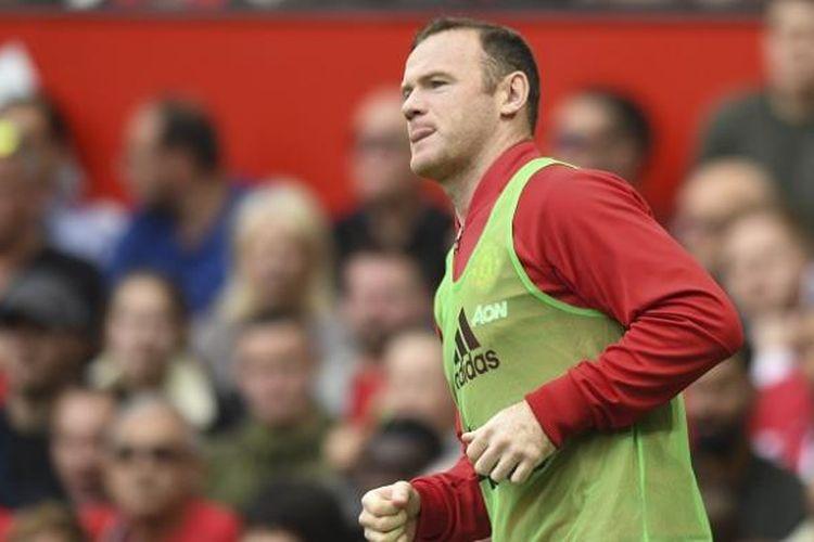 Kapten Manchester United, Wayne Rooney, melakukan pemanasan saat laga Premier League kontra Leicester City, di Stadion Old Trafford, Sabtu (24/9/2016).