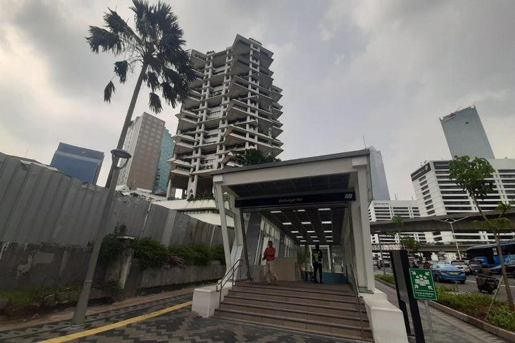 Pintu masuk Stasiun MRT Bendungan Hilir yang berada di depan Intiland Tower, Jalan Jenderal Sudirman, Jakarta.