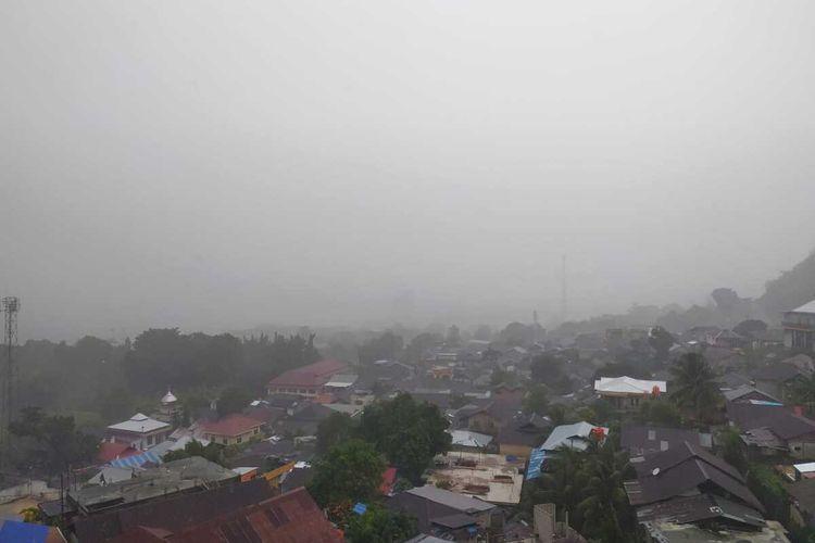 Hujan deras disertai cuaca buruk menerjang wilayah Kota Ambon, Sabtu (6/3/2021).
