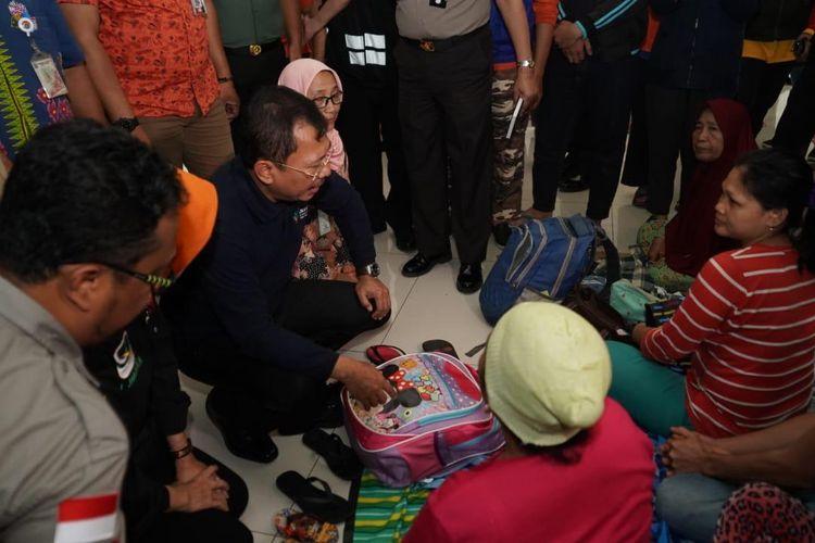 Menteri Kesehatan Terawan saat meninjau lokasi pengungsian di Posko Banjir Gor Kecamatan Cengkareng Barat, Jakarta.