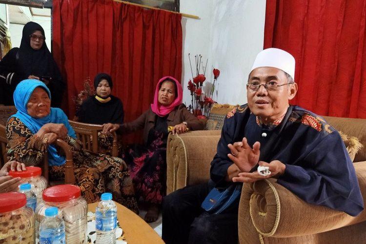 Cucu almarhum Mardjuki, Nakib (kanan), menyampaikan pendapatnya kepada pihak keluarga dalam agenda musyawarah pemindahan makam dari jalan umum di Pisangan Lama, Kelurahan Pisangan Timur, Jakarta Timur, Kamis (18/6/2020). Keluarga akhirnya sepakat untuk memindahkan makam.