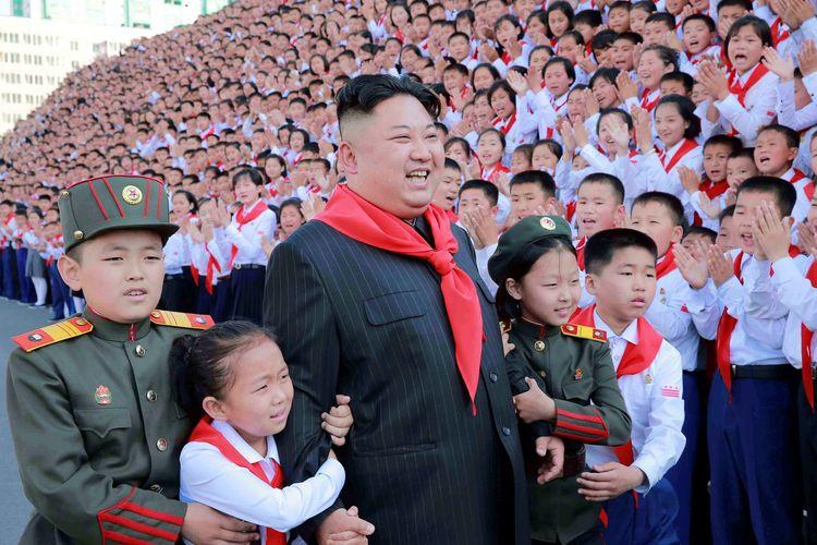 Pemimpin Tertinggi Korea Utara Kim Jong Un saat menghadiri Congress of the Korean Children's Union (KCU) ke-8 pada 8 Juni 2017 di Pyongyang, Korea Utara.