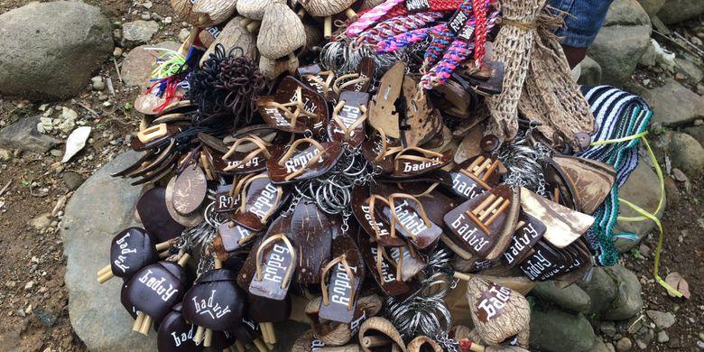Souvenir yang bisa dibeli di Desa Adat Baduy atau Desa Kanekes, Kecamatan Leuwidamar, Kabupaten Lebak, Banten, Sabtu (17/2/2018).