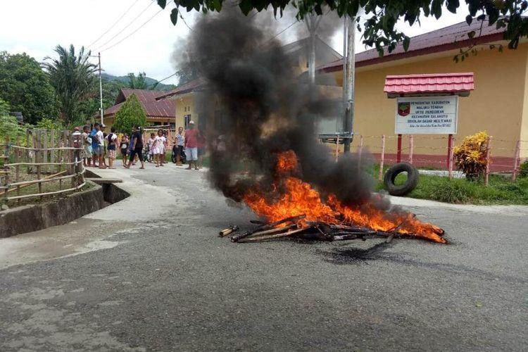 Eksekusi lahan di Desa Waai, Kecamatan Salahutu, Kabupaten Maluku Tengah berakhir ricuh, Kamis (5/3/2020). Dalam aksi itu warga yang tidak terima membakar ban bekas dan melempari polisi dengan batu, sedangkan polisi membalas dengan menembakan gas air mata dan tembakan peringatan