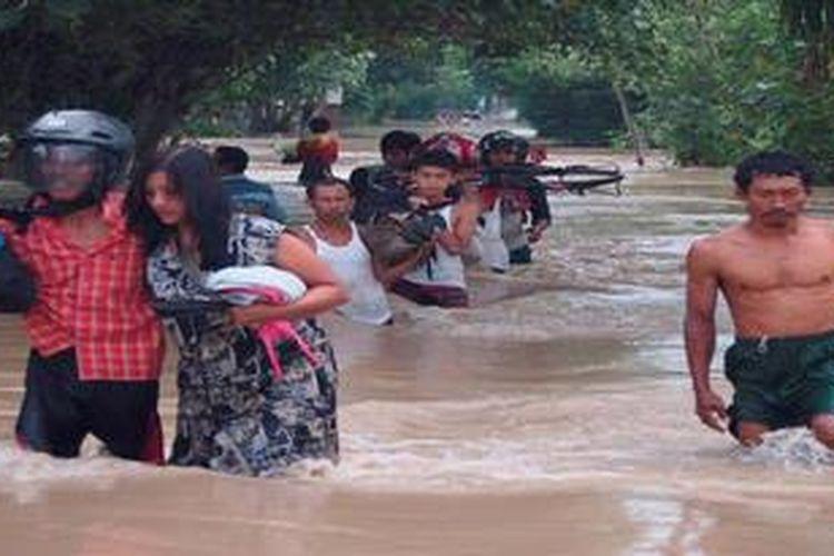 Ilustrasi: Warga Ngablak Kecamatan Kalitidu Kabupaten Bojonegoro Jawa Timur Selasa (9/4/2013) menerjang banjir Bengawan Solo. Sekitar 3000 warga Bojonegoro sudah mengungsi ke tanggul, balai desa, gedung serbaguna dan rumah saudara.