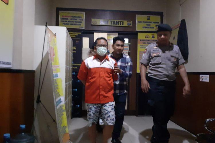Ketua KPU Banjarmasin non aktif, Gusti Makmur resmi ditahan tim penyidik Polres Banjarbaru setelah diperiksa sebagai tersangka kasus pencabulan anak dibawah umur, Kamis (30/1/2020).