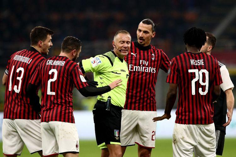 Para pemain AC Milan memprotes keputusan wasit Paolo Valeri yang memberikan penalti untuk Juventus pada laga semifinal Coppa Italia 2019-2020 di Stadion San Siro, 13 Februari 2020.