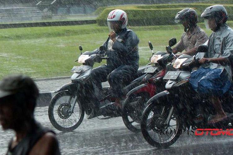 Pahami prosedur standar bersepeda motor di jalanan basah. Sepeda motor saat hujan