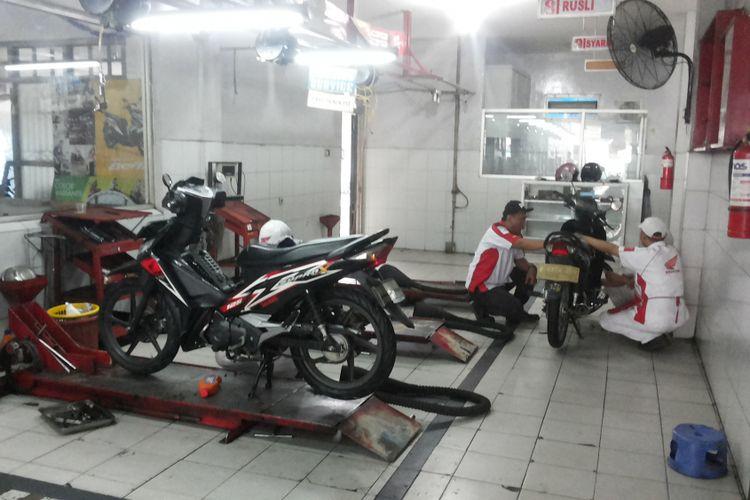 Salah satu motor bebek Honda yang sedang diservis di salah satu bengkel AHASS di Depok, Rabu (16/1/2018).