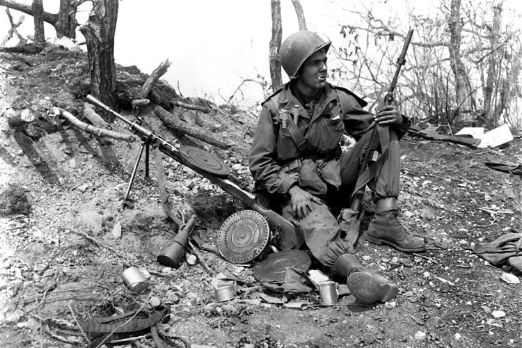 Seorang tentara beristirahat di bunker Komunis China bersama prajurit Soviet dalam Perang Korea 1950.