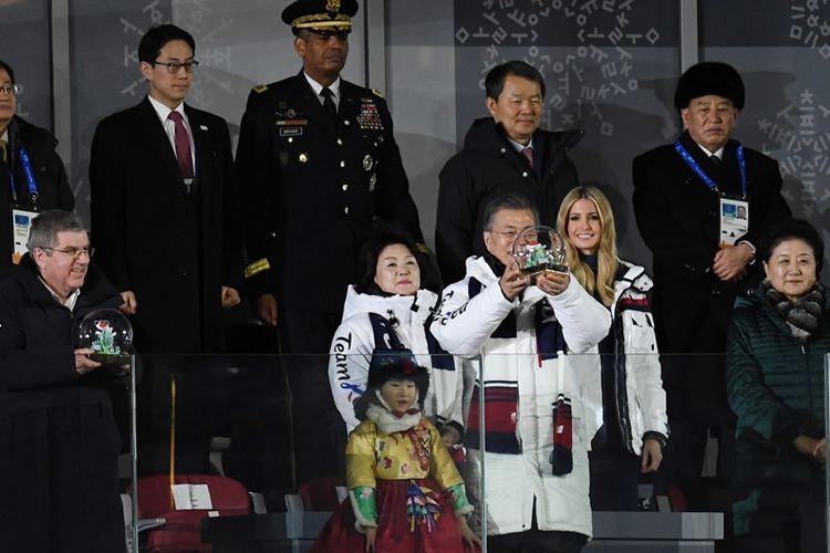 Presiden Korea Selatan Moon Jae In (tengah), bersama penasihat sekaligus Putri Presiden Amerika Serikat Donald Trump, Ivanka Trump (dua dari kanan), dan Jenderal Korea Utara Kim Yong Chol (atas, paling kanan), dalam pesta penutupan Olimpiade Musim Dingin di Pyeongchang Minggu (25/2/2018).