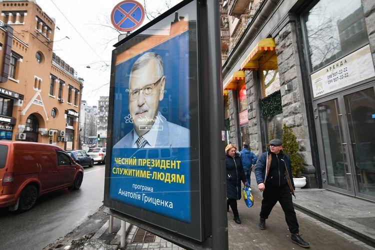 Warga melintas di dekat sebuah poster kandidat presiden di Kiev. Ukraina dijadwalkan menggelar agenda pemilihan presiden pada 31 Maret 2019.