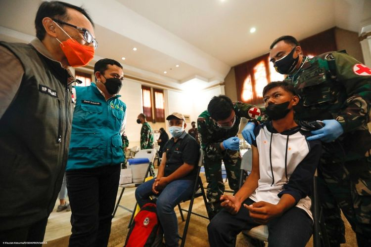 Ketua Divisi Percepatan Vaksinasi Covid-19 Jawa Barat Dedi Supandi saat mengecek vaksinasi di SLB Negeri Cicendo, Kota Bandung, Sabtu (25/9/2021).